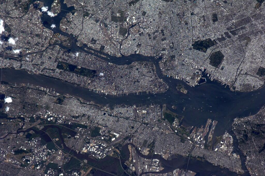 High noon in #NYC ? that is a crazy sight from low earth orbit. (Photo & Caption: Reid Wiseman, NASA)