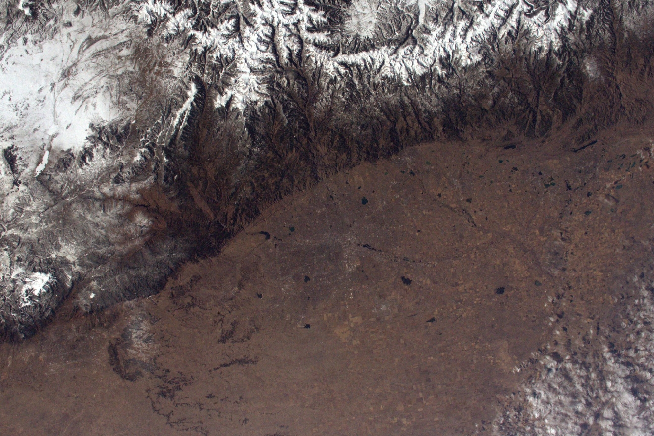 Denver at the feet of the Rocky Mountains that stop the plains of the Midwest in their tracks (Photo & Caption: Thomas Pesquet // NASA)