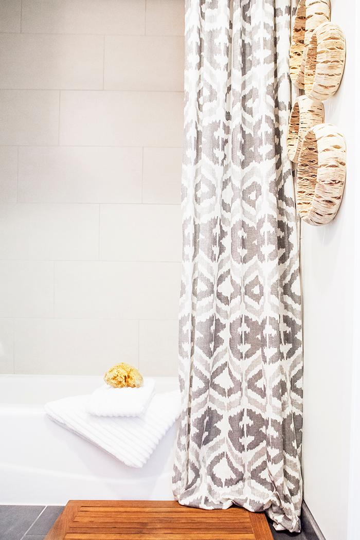 Lets face it -- we all love heading to the spa and indulging every once in awhile. Besides the amazing treatments, there is something about the calming feeling the interior and the heavenly scents that fill the air that add to the relaxation. Here are a few tips and tricks to bring that spa feeling home into your bathroom! (Image: Ashley Hafstead)