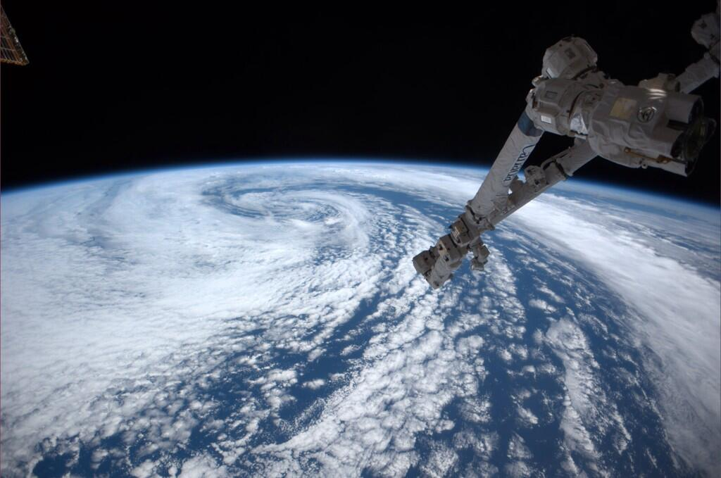 Enormous system west of Washington over the Pacific (Photo & Caption: Reid Wiseman, NASA)