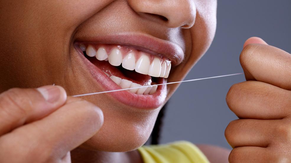 Para mantener su presión arterial bajo control, no olvide cepillarse y usar hilo dental