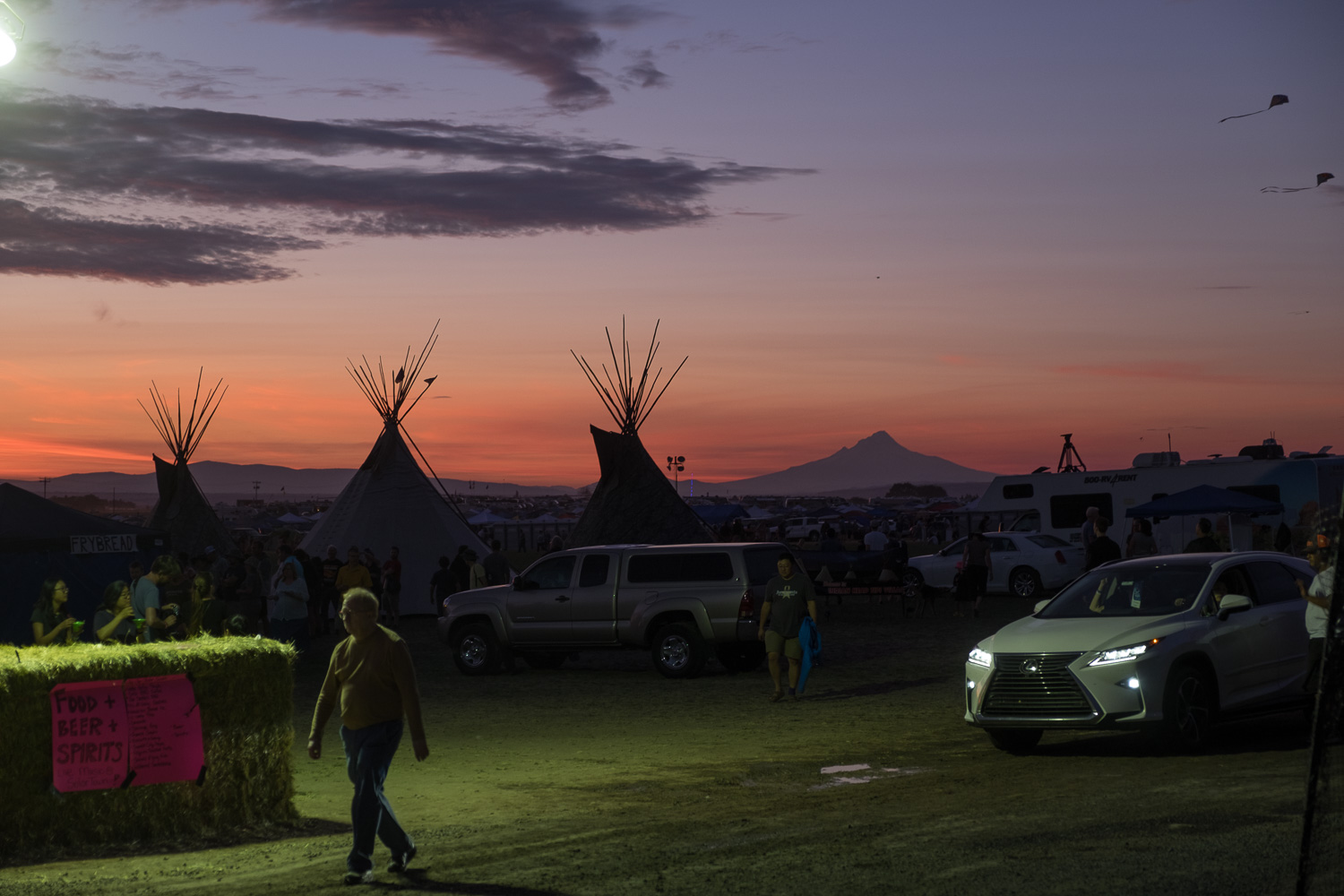 Night falls. Oregon Solarfest (Image: Paola Thomas / Seattle Refined)