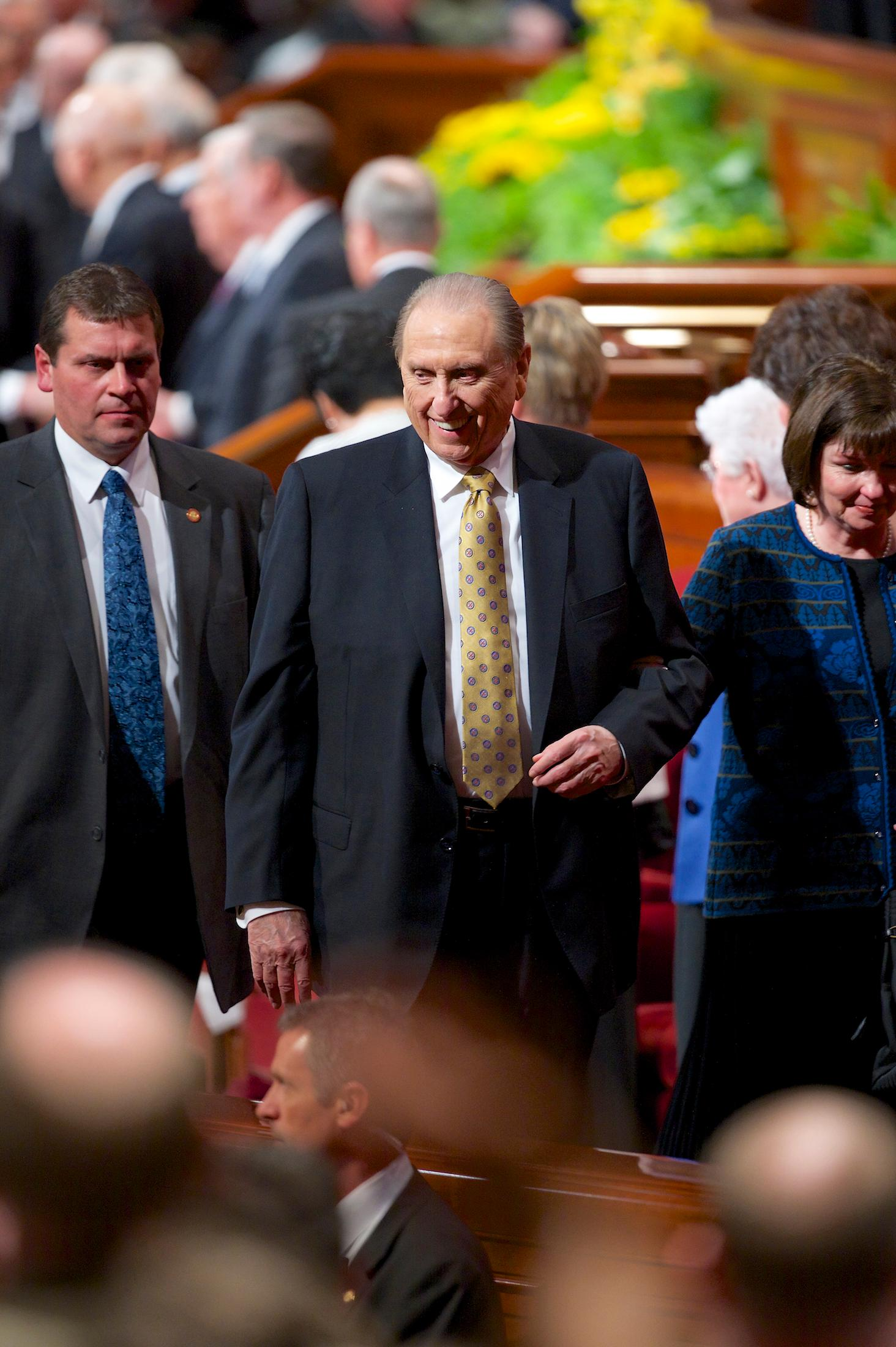 President Thomas S. Monson exits a session of April 2014 general conference with his daughter, Ann M. Dibb. (Photo: MormonNewsroom.org)<p></p>